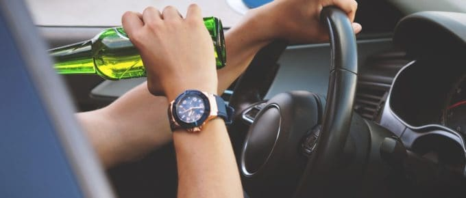 dirigir bebendo