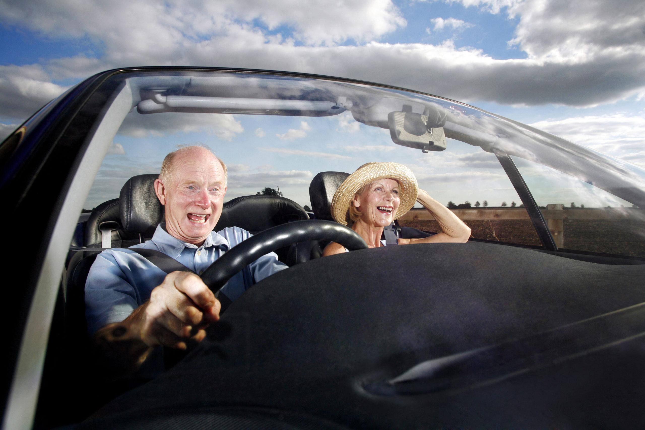 idosos no carro